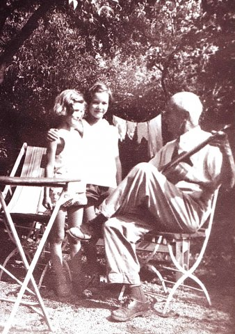 Unokáival a füredi nyaraló kertjében / With his grandchildren in the garden of the summer house in Balatonfüred (1959)