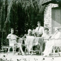 Családjával a füredi nyaraló teraszán / With family members on the patio of the summer house in Balatonfüred (1943)