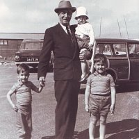 Unokáival Angliában / With his grandchildren in England (1964)